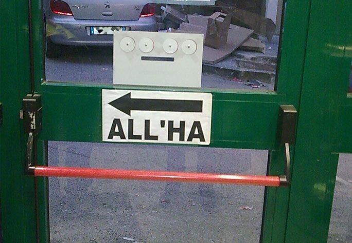 Cartello su una porta: All'ha