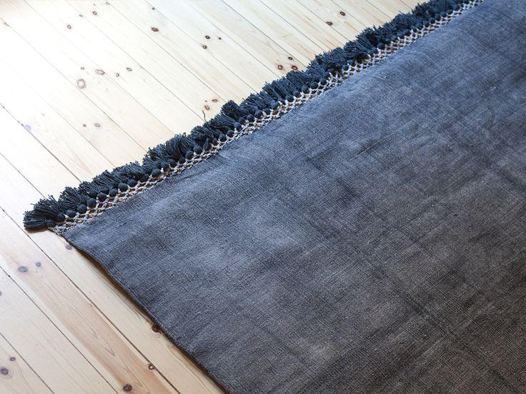 Cloudy rug är handgjord i Indien i 100 % bomull. Först är den färgad svart för att sen tvättas och borstas vilket ger mattan sin levande grå färg.