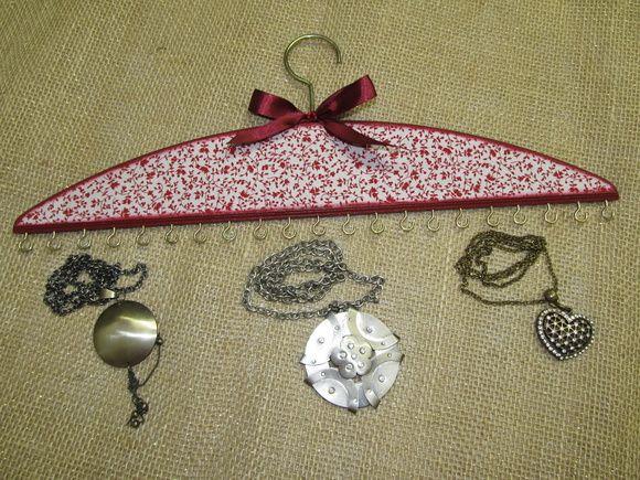 Cabide para biju, colares e pulseiras em mdf, forrado com tecido de estampa floral, decorado com laço em fita de cetim com strass.    Pode ser produzido a gosto do cliente. R$ 37,00                                                                                                                                                                                 Mais