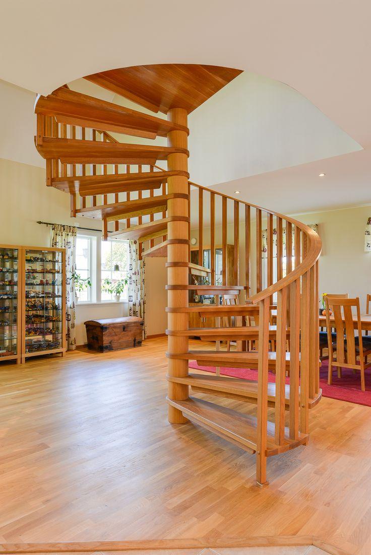 Specialbeställd spiraltrappa i ek blir ett dekorativt inslag i boendemiljön - riktigt fin tycker vi!