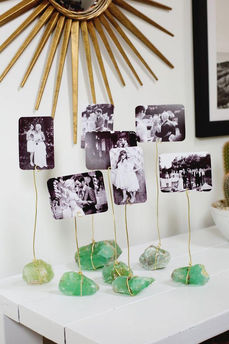 Y porque no idear unos porta fotos con piedras que busquemos con los niños y imprimir sus fotos ... eso si habrá que ayudarlos un poquito con los alambres.
