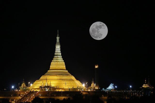 La lune près de la pagode Uppatasanti au au Myanmar.