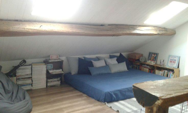 Angolo relax ... vecchio materasso tanti cuscini, libri, giornali, pouf