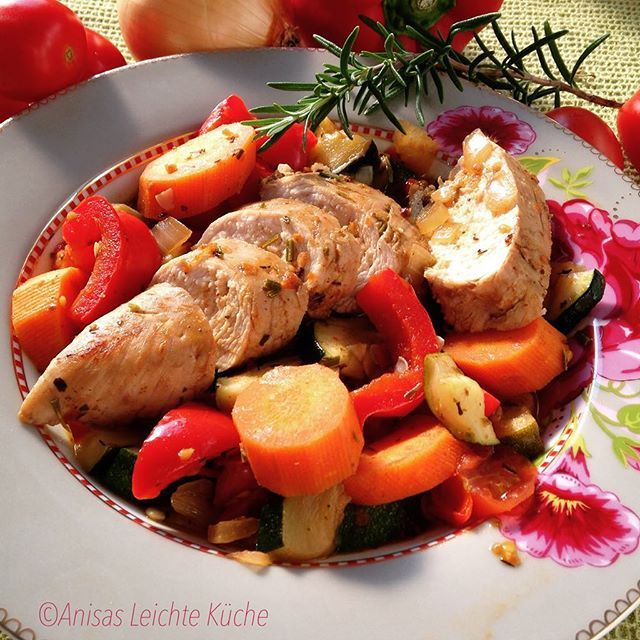 pesto turkey breast with vegetables #pesto #turkey #vegetable #fitness #foods #foods #fresh #foodie #foodpic #foodgasm #foodporn #eat #eating #tasty #instafood #instagood #photooftheday #amazing #sun #delicious #delish #dinner #hungry #healthy #lunch #yum #yummy leichtekueche
