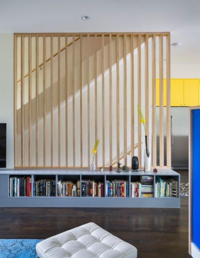 séparateur de pièce en bois et étagère basse en cubes