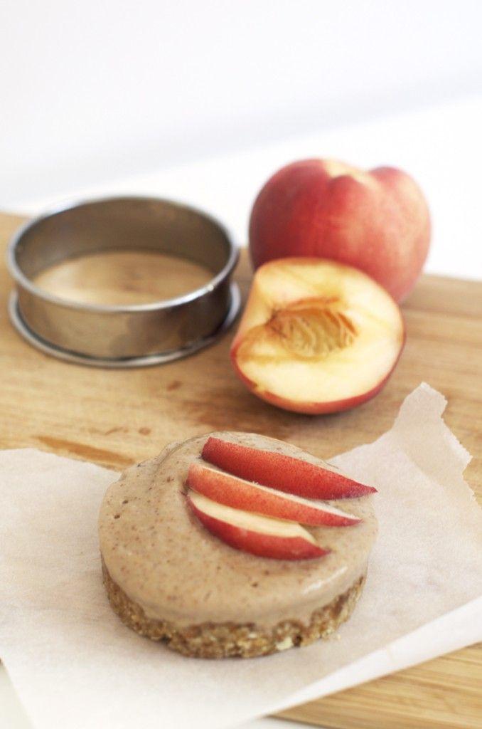 Tartelette amandine aux pêches vegan, crue, sans gluten - Sweet & Sour | Healthy & Happy Living