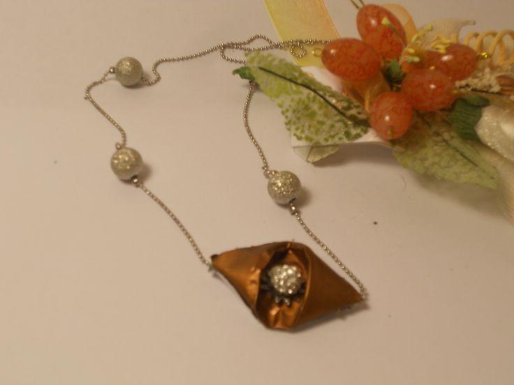 Collana creata col riuso di una cialda caffè e un orecchino al centro che fa da perla. Un pezzo molto elegante, per una donna meravigliosa.