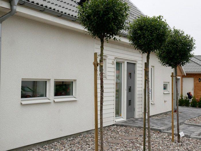 Vit puts med vita fönster och vita trädetaljer