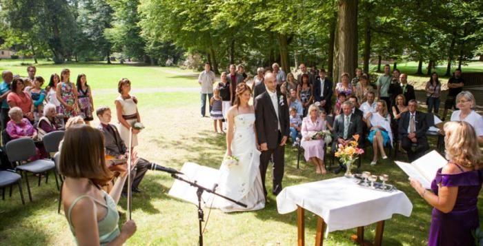 Počet sňatků uzavřených v České republice v roce 2015 byl o 2,6 tisíce vyšší než v roce 2014. Do manželství vstoupilo 48,2 tisíce párů snoubenců, nejvíce za posledních sedm let. Přibylo jak sňatků svobodných, tak rozvedených a ovdovělých.