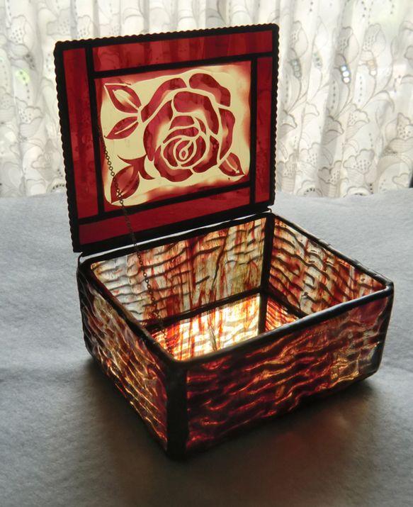 赤いバラは、サンドブラスト技法で、作りました。小物入れの側面は、凸凹が特徴のリップルガラスを使っています。底には、鏡を使用しています。鏡の裏には、ピロードのシ...|ハンドメイド、手作り、手仕事品の通販・販売・購入ならCreema。