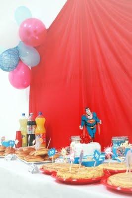 Mesa de cumpleaños Superman. Capa como telón de fondo y globos