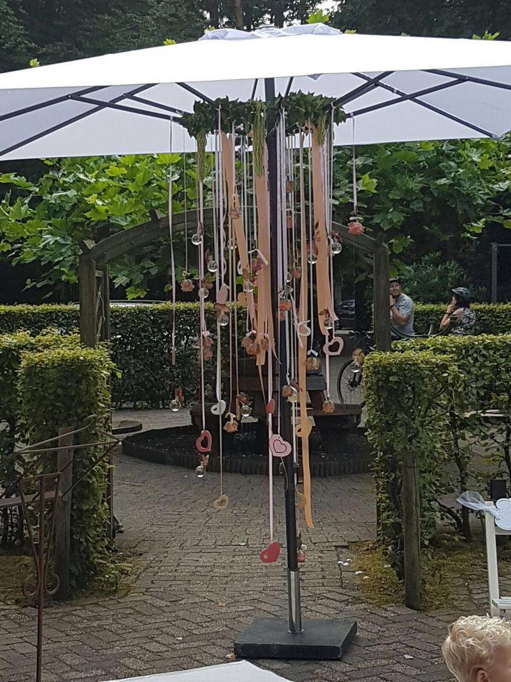 Vanaf 1,75 euro kan jij de parasol op jouw bruiloft ook zo mooi versieren. Kijk op http://www.voorjulliegemaakt.nl/index.php?id_lang=6&id_category=56&controller=category&n=27