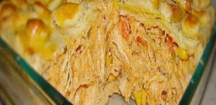 1/2 kg de farinha de trigo  - 200 g de margarina  - 150 g de gordura vegetal  - 2 gemas  - 1 xícara (café) de água  - Sal  - 1 gema para pincelar  - Recheio  - 2 peitos de frango já cozidos e desfiados  - 1 cebola picada  - 2 dentes de alho amassados  - 1 tomate sem pele e sem semente em cubos  - Salsa e cebolinha picadas  - 1 colher de sopa de farinha de trigo dissolvida em um pouquinho de leite  - Sal e pimenta a gosto  - Requeijão culinário em lascas.