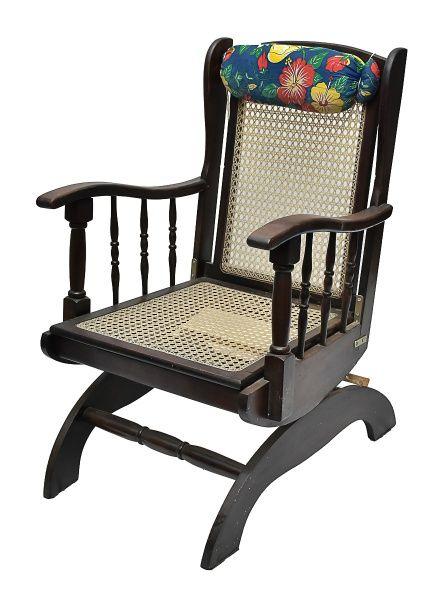 Antiga cadeira de balanço confeccionada em madeira nobr..