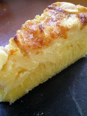 Fondant aux pommes 4 oeufs 140 gr de beurre salé 200 gr de mascarpone 50 gr de crème 4/5 (en fonction de leur taille) pommes grises du canada 200 gr de sucre 140 gr de farine 1 sachet de levure 1 pincée de sel
