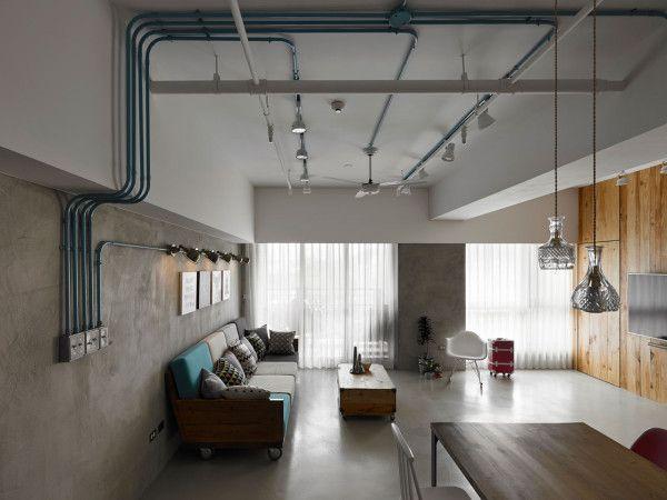 Sala com tubulações elétricas aparentes pintadas de azul, de KC Design Studio