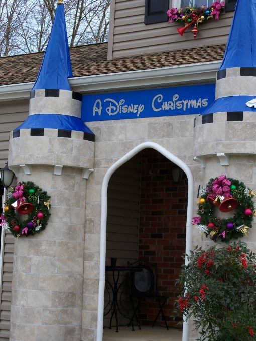 190 best christmas decor outside images on pinterest for Home alone theme decorations