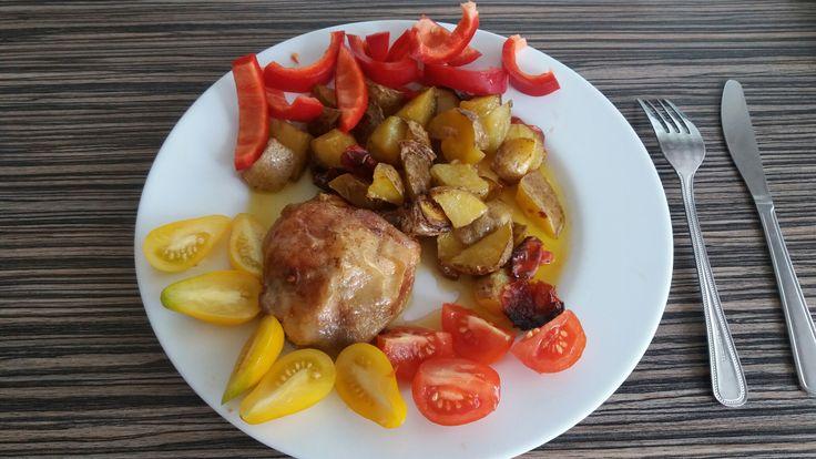 Kuře pečené na olivově oleji s bramborem a pevnými rajčaty 😊