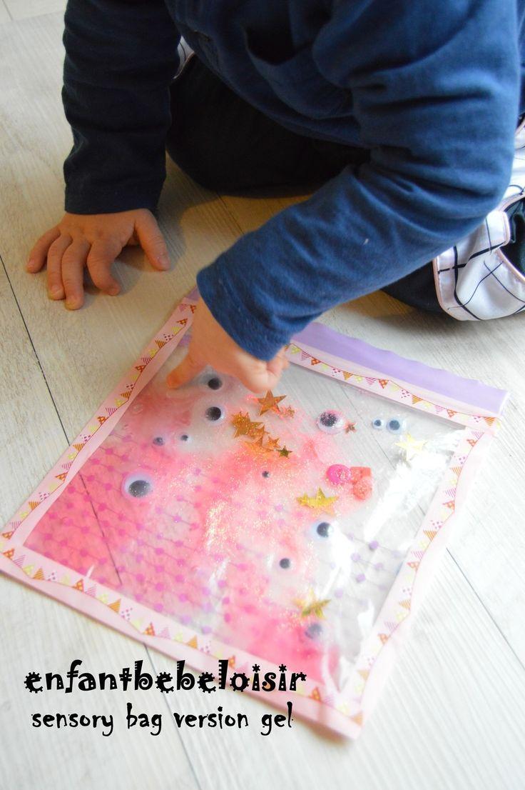 Voici une petite activité sympa à faire pour développer les sens de bébé! Ici, le sens du toucher; A l'aide d'un petit sac isotherme, d'un pot de gel pour les cheveux et de petits objets à mettre à l'intérieur, (dans celui ci des paillettes, des boutons,...