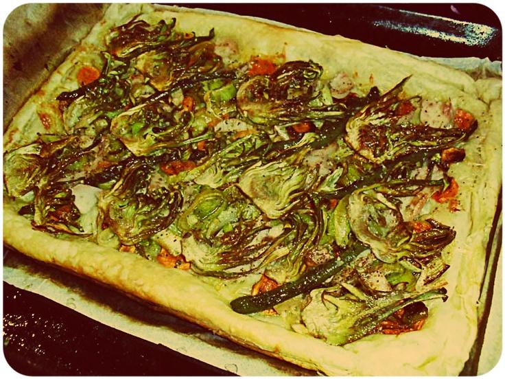 Hojaldre de verduras asadas con chips de alcachofas
