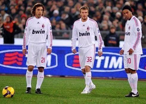 Który z wielkich piłkarzy wykona rzut wolny • Kto to weźmie? Andrea Pirlo, Ronaldinho, czy David Beckham • Wejdź i zobacz zdjęcie >> #acmilan #milan #football #soccer #sports #pilkanozna