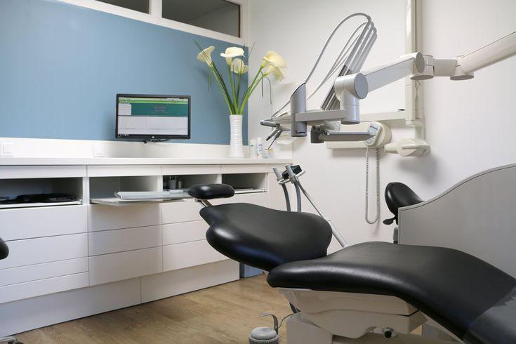 Mobilier de cabinet dentaire : paillasse / plan de travail avec cuve intégrée sans joints. Habillage des tiroirs en façade du meuble. Plus d'infos sur : http://www.v-korr.com/home/mobilier-cabinet-dentaire-fradet