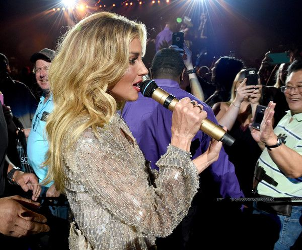"""Faith Hill Photos Photos - Faith Hill performs in the crowd during the """"Soul2Soul"""" World Tour at Staples Center on July 14, 2017 in Los Angeles, California. - Tim McGraw and Faith Hill Perform at the Staples Center"""