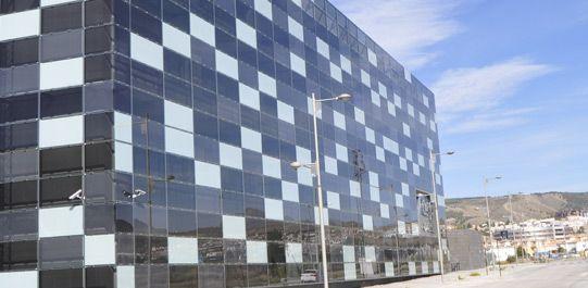 El vidrio fotovoltaico de Onyx Solar puede ser adaptado a cualquier edificio y combinado con materiales de construcción estandar es posible conseguir efectos estéticos impresionantes