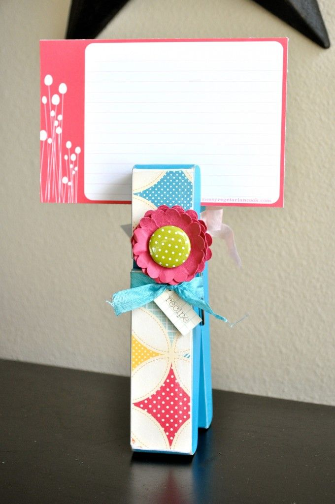 fun gift recipe card holder and recipe cards. I knew there was more than one use for these clips we picked up this week! @Theresa Slaughter Santos