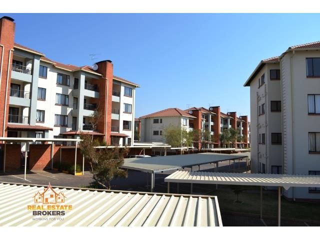 Stunning unit in a stunning life style complex!!! Available right away.