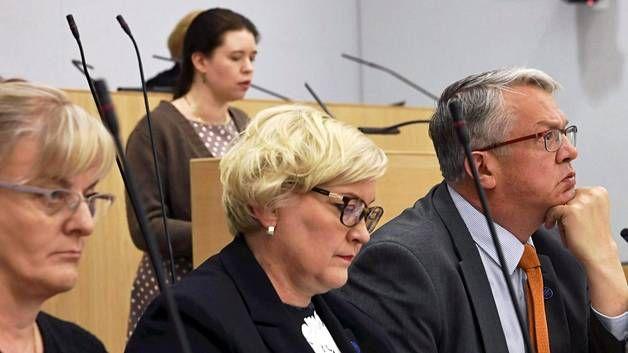 Vasemmistoliiton kansanedustaja Anna Kontula (taustalla) puhui ja hallitus kuunteli. Eturivissä vasemmalta sosiaali- ja terveysministeri Pirkko Mattila (ps), kunta- ja uudistusministeri Anu Vehviläinen (kesk) ja perhe- ja peruspalveluministeri Juha Rehula (kesk).