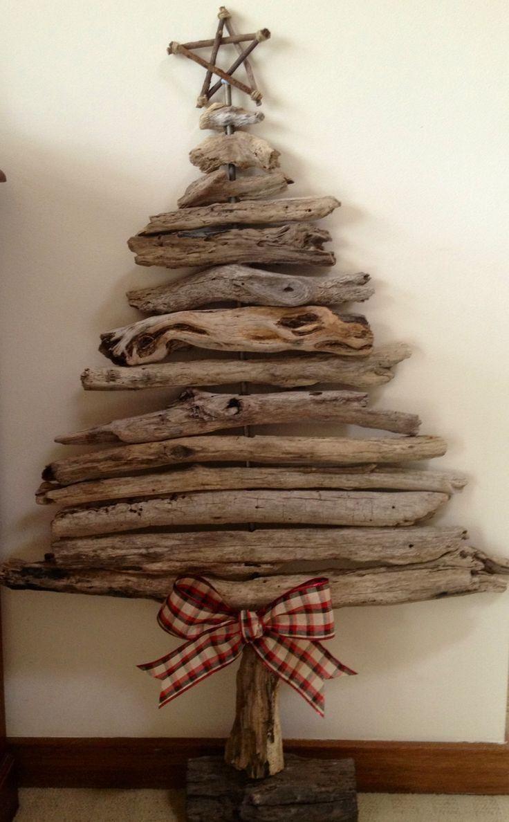 sapin de Noël en bois flotté décoré d'étoile en brindilles et noeud vichy