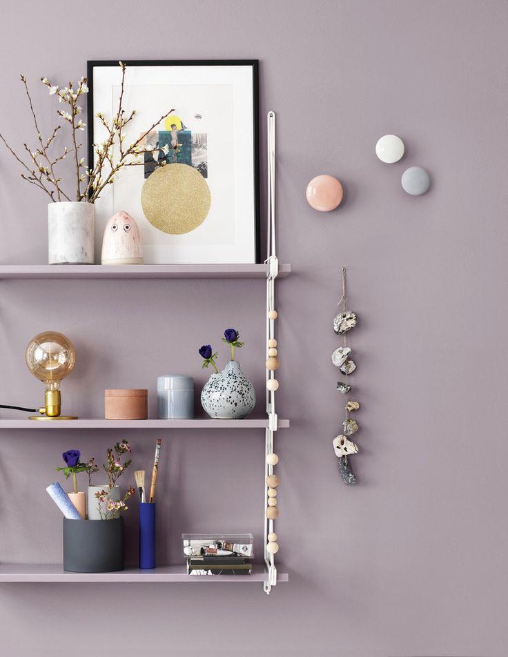"""Mal væg og hylde i samme tone - det giver en lækker, rolig og eksklusiv effekt. Farve: R17 Klippe fra Dyrup (væg og hylde). Artikel: """"Soft Spring"""" (Boligmagasinet.dk)."""