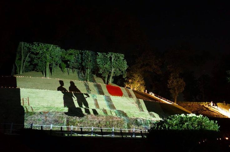 A projection mapping was performed in an ancient burial mound. We seemed to time-travel to Burial Mound age. The past and the future were the event which connects. 古墳にプロジェクションマッピングが行われた。まるで古墳時代にタイムスリップをしたかのようでした。過去と未来がつながったイベントとなりました。