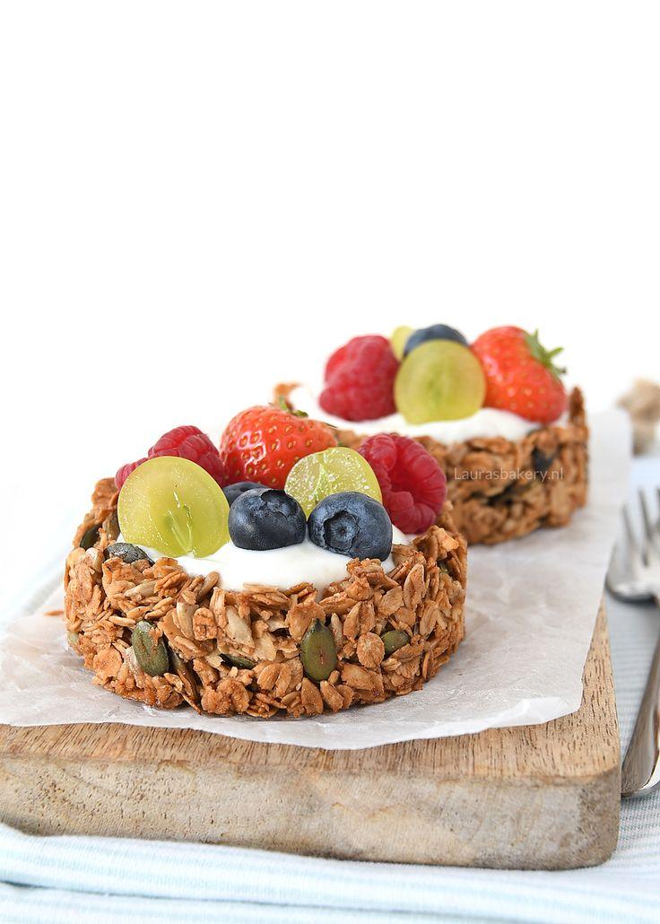 Deze granola ontbijttaartjes met fruit zijn heel eenvoudig te maken en staan ontzettend spectaculair op iedere ontbijttafel. Zie hier het recept!