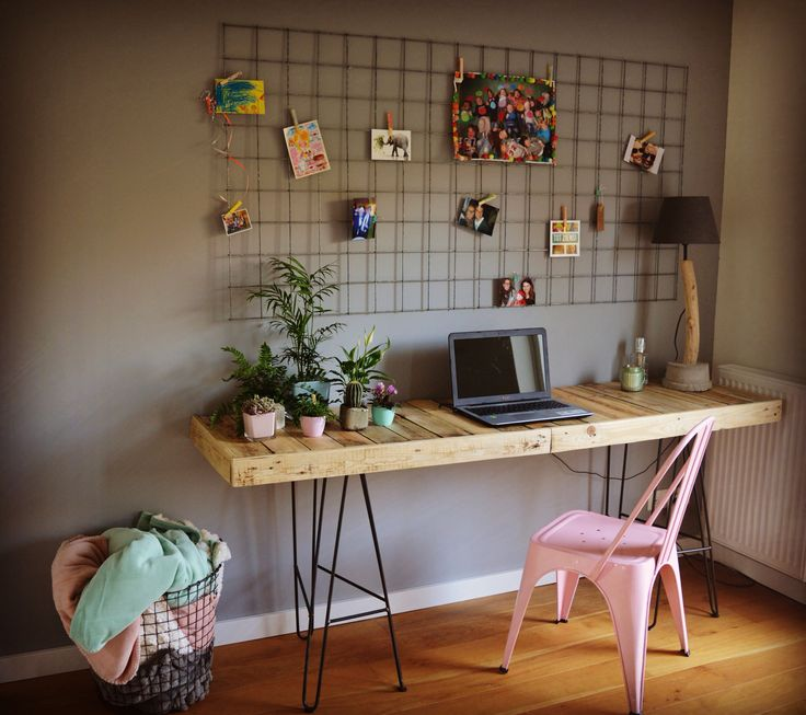 Mooi zelfgemaakt bureau voor in de woonkamer.