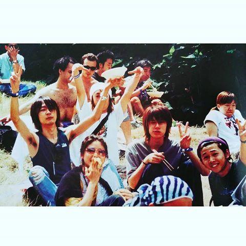 【1999】 渋谷でライブが終わったばかりのメンバーさんはそのまま大阪へ車で移動。 8時間も車の中なのに、騒ぎっぱなしの4人さん(笑) 夜中の一時くらいから急に静かになったのでさすがに、疲れて寝たかなと思ったら、、頭を寄せ合って真剣に『引力』について話し合っていたらしいです(笑) picは2002のフジロック #BUMPOFCHICKEN #藤原基央 #藤くん #直井由文 #チャマ #増川弘明 #升秀夫 #バンプオブチキン #バンプ