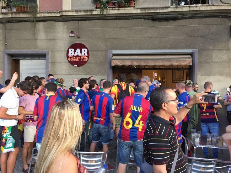 · Aficionats del Celtic de Glasgow (vestits  de blaugrana) cantant i bebent tots al Bar/Pub Casa Pin, devant del Camp Nou, abans del partit de la Champions. 13/09/1016     #Barça   #CampNou   #DavidEspunya   #ChampionsLeague