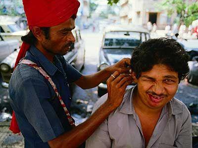 El Limpiador de Oídos. Toda una institucion en la #India. Forman parte de un grupo en extinción fácilmente identificable por los turbantes color naranja que llevan. Por 10 rupias y en diez minutos, se puede tener los oídos limpios.
