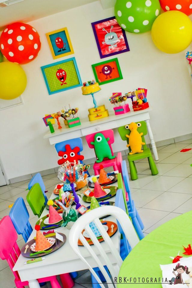 Mesmo uma Festa de Monstros pode ser bem colorida. Misturar todo tipo de cor cria um ambiente em que meninos e meninas se sentem confortáveis. #festa #party #decor #decoracao #color
