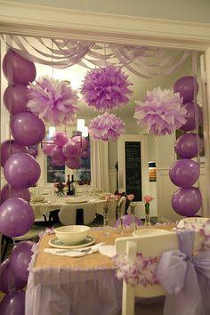 Pompons de crepom, fitas e balões