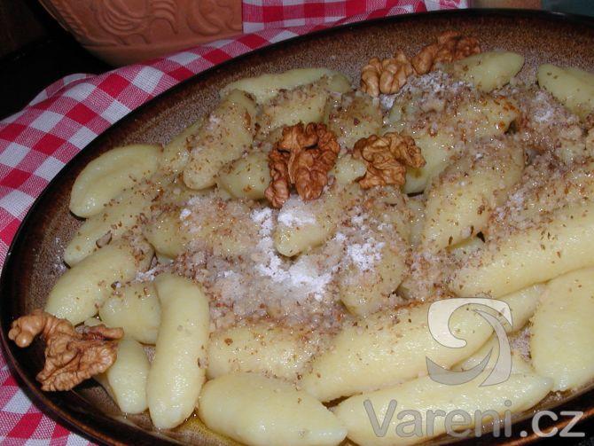 """Těsto na šišky je podle mé babičky, často používala název slejšky"""". 200 g vlaš ořechy 150 g máslo na polití cukr na posypání TĚSTO 100 g krupice 1 ČLsůl 200 g hr mouka 2 vejce 2 PL ocet 3/4 kg brambory Studené brambory nastrouháme na vál, sůl, mouka, krupice, vejce a nalijeme ocet, zpracujeme pevné těsto, rozdělíme na 3 části a z každé vyválíme delší válečky, odkrajujeme malé kousky, vytvarujeme na šišky,do vroucí vody a vaříme 5 min. polijeme máslem, posypeme ořechy a cukrem."""