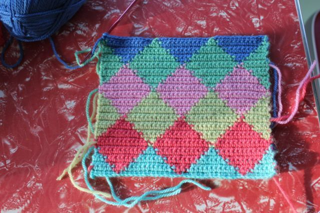 little woollie: Tapestry Crochet - Harlequin Pattern Tutorial.. and she made other blankets with this pattern that look really cool..I may not do this tapestry style but instead drop the yarn and use yarn bobbins  at each color change..
