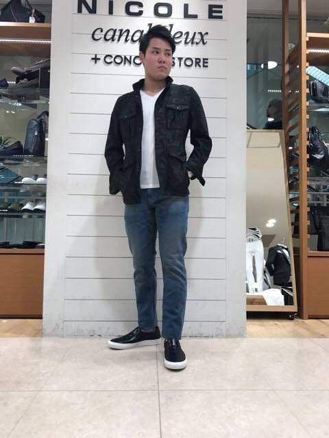カジュアルスタイル 王道のホワイトカットソー×デニムパンツで男らしいシンプルなカジュアルスタイルです。
