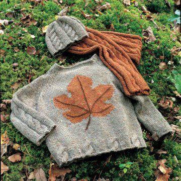 Un pull tricoté d'une feuille d'érable, tricot, gris, ocre, motif, automne / A pullover knit by a maple leaf
