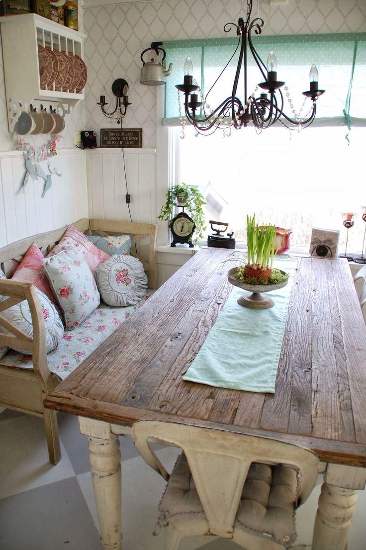 Кухня в стиле шебби-шик: винтажная роскошь для ценителей комфорта и 80 уютных интерьеров http://happymodern.ru/kuxnya-v-stile-shebbi-shik/ Люстра с подвесными элементами обеспечивает яркий свет над обеденной зоной