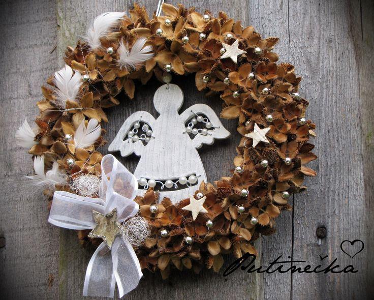 White angel Věnec z přírodnin, dozdobený dřevěným (lehce patinovaným) andělem, peříčky, stříbrnými kuličkami,březokůrovými hvězdičkami, jemným floristickým drátkem a stuhou. Velký je 26cm.