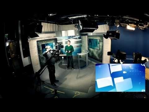Tältä näyttää Suoran linjan kulisseissa lähetyksen aikana. Pikkukuvassa televisiossa näkyvä kuva. Pe 30.3.2012