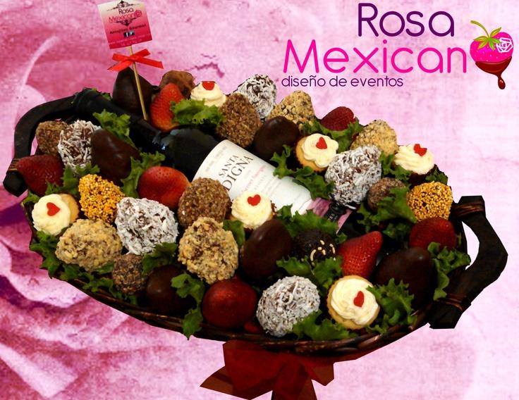 Minicupcakes, fresas cubiertas y trufas con una botella de vino tinto, con el toque de Rosa Mexicano