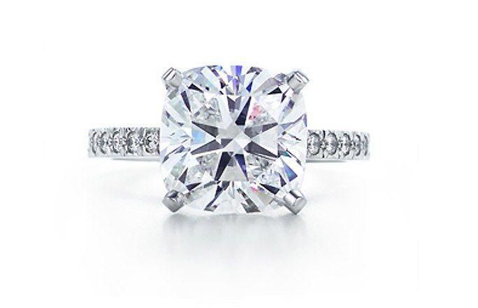 Tiffany bague fiançailles, diamant Novo - Bague fiancaille - Bagues de fiançailles  - La bague Novo de Tiffany & Co est l'incarnation de l'amour et de la fidélité ! D'une incroyable finesse, elle est rehaussée d'un diamant central à l'éclat époustouflant....